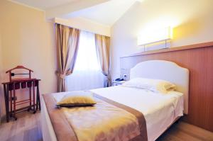 A bed or beds in a room at Hotel Sirmione