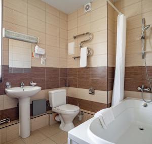 A bathroom at Barkhatnye Sezony Russky Dom Resort Sportivny Kvartal