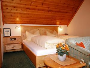 A bed or beds in a room at Hotel Pension Obergfell