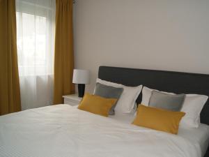 Ein Bett oder Betten in einem Zimmer der Unterkunft Ferienwohnung 4.0 Trier