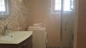 A bathroom at Ferme Ithurburia