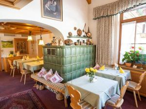 A restaurant or other place to eat at Hotel Pension Obergfell