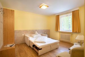Ein Bett oder Betten in einem Zimmer der Unterkunft Hotel Garni Haus Arenberg