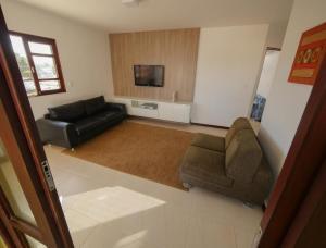 A seating area at Casa confortável de praia