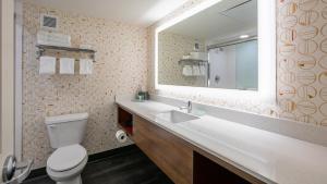 A bathroom at Holiday Inn Panama City