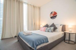A bed or beds in a room at STUNNING Luxury 2beds2bathAPT @CBD (Haymarket)