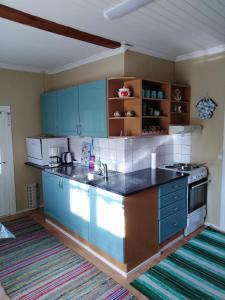 Majoituspaikan FirstHome GuestHouse keittiö tai keittotila