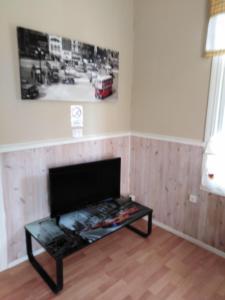 TV tai viihdekeskus majoituspaikassa FirstHome GuestHouse