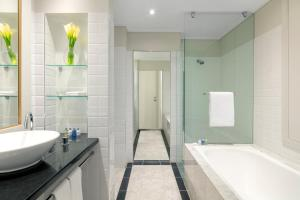 A bathroom at Radisson Blu Plaza Hotel Sydney