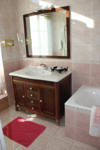 A bathroom at Hotel La Diligence
