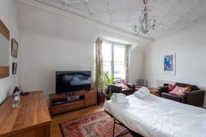 A television and/or entertainment center at Flat in the heart of London for 6 guests by GuestReady