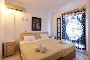 Een bed of bedden in een kamer bij Mika Villas