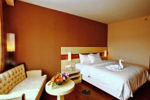 A bed or beds in a room at Hotel California Bandung