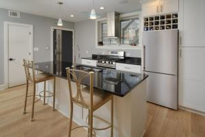 A kitchen or kitchenette at Flamingo