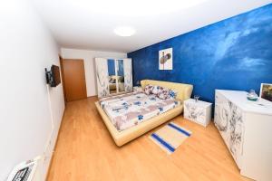 Un pat sau paturi într-o cameră la Apartament Red Mirage