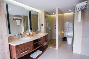 A bathroom at Nanyang King's Gate Hotel
