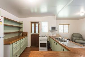 A kitchen or kitchenette at Bird Song - Iluka, NSW