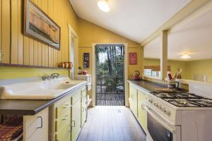 A kitchen or kitchenette at little beach house