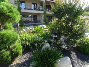 A garden outside Maison du Lac