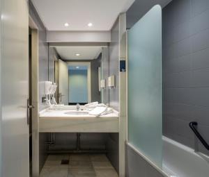A bathroom at Hotel Ciudad de Logroño