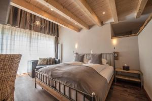 A bed or beds in a room at Alpenlodge