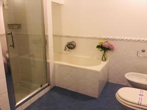 A bathroom at B&B Antichi Colori Cinisi