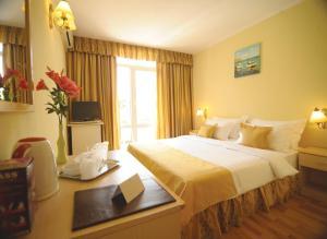 Un pat sau paturi într-o cameră la Hotel Valul Magic
