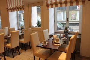 Un restaurante o sitio para comer en Hotel am Viktualienmarkt