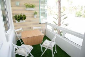 Un balcón o terraza de Apartamento Aloe 2 dormitorios 4P piscina wifi by Lightbooking