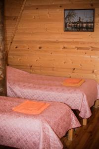 Кровать или кровати в номере Berendeevo Tsarstvo