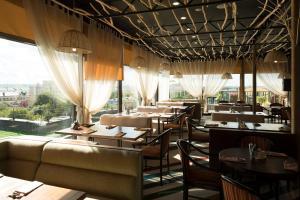 Restaurant ou autre lieu de restauration dans l'établissement Hotel Imereti