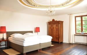 A bed or beds in a room at SCHLOSS OTTING