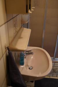 A bathroom at Pension - Gästehaus Zum Pfälzerwald