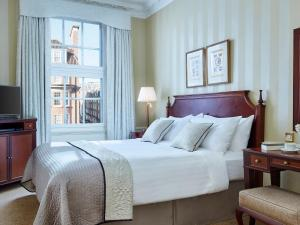 A bed or beds in a room at 47 Park Street - Grand Residences by Marriott