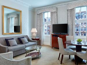 A seating area at 47 Park Street - Grand Residences by Marriott