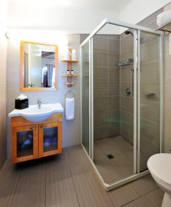 A bathroom at Groote Eylandt Lodge
