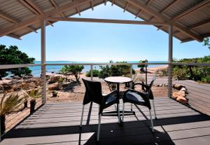 A balcony or terrace at Groote Eylandt Lodge