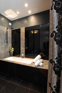 A bathroom at La Cour des Consuls Hotel and Spa Toulouse - MGallery