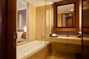 A bathroom at Sun Island Hotel & Spa Kuta