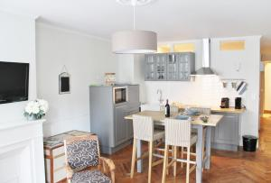 A kitchen or kitchenette at L'Appart D'Oli et Tiane