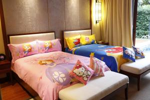 A bed or beds in a room at Sanya Ocean Sonic Banling Hotspring Resort