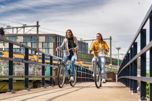 Vélo sur le terrain de l'établissement Stayokay Amsterdam Oost ou dans les environs