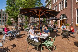Ein Restaurant oder anderes Speiselokal in der Unterkunft Stayokay Amsterdam Oost