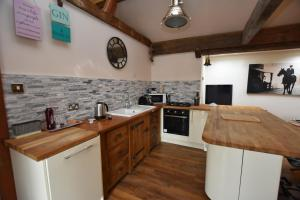 A kitchen or kitchenette at Oak tree stables cottage