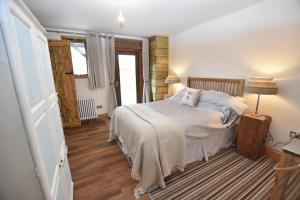 A bed or beds in a room at Oak tree stables cottage