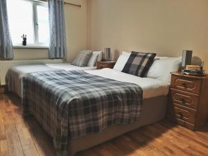 A bed or beds in a room at Foggy Dew Inn