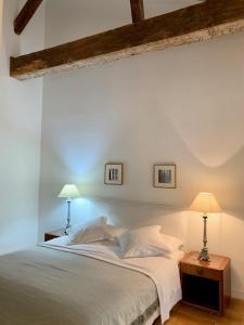 سرير أو أسرّة في غرفة في Le Couvent Marseille