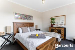 A bed or beds in a room at The WeareHouse In Deloraine