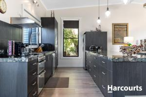 A kitchen or kitchenette at The WeareHouse In Deloraine