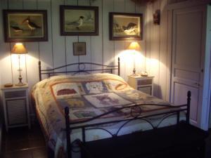 A bed or beds in a room at La Grange des Marettes